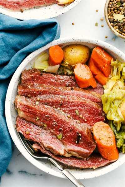 Corned beef en un tazón con zanahorias, papas y repollo.