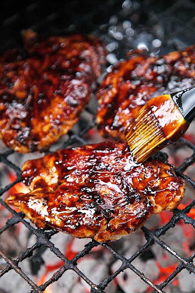 Receta de salsa de barbacoa balsámica: vinagre balsámico, salsa de tomate, azúcar morena, ajo, Worcestershire, mostaza de Dijon: haga una salsa increíble con un toque de dulzura una vez reducida. Excelente en pollo o cerdo. ¡Lo engullimos!