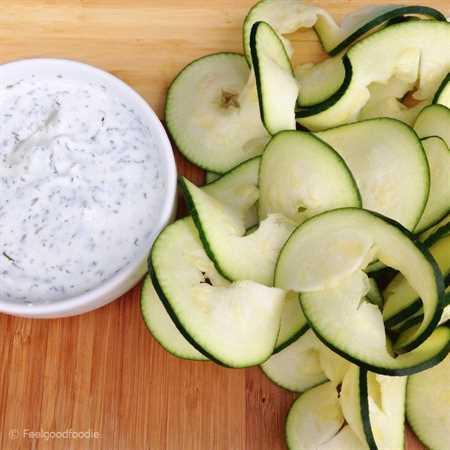Skinny French Onion Dip se hizo más saludable que el tipo comprado en la tienda al usar yogur griego espeso y cremoso para el mejor condimento saludable para picar.