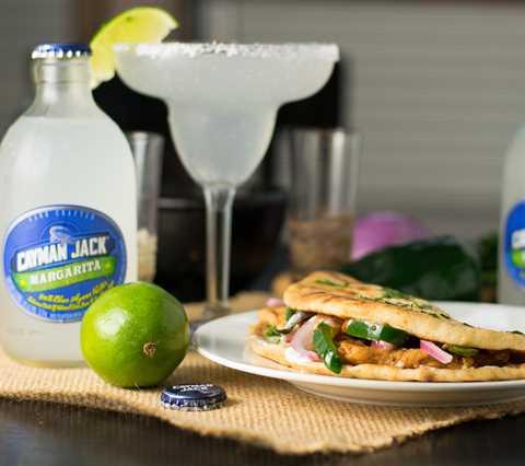Sándwich de pan plano de pollo ancho con cilantro y lima