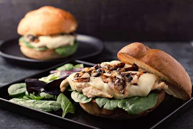 Sandwiches de pollo a la francesa con cebolla a la parrilla