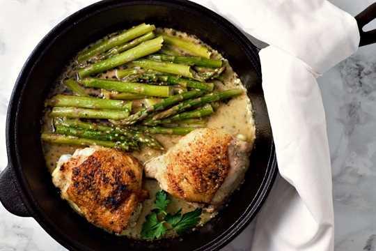 Muslos de pollo sartén y espárragos cremosos para 2 personas