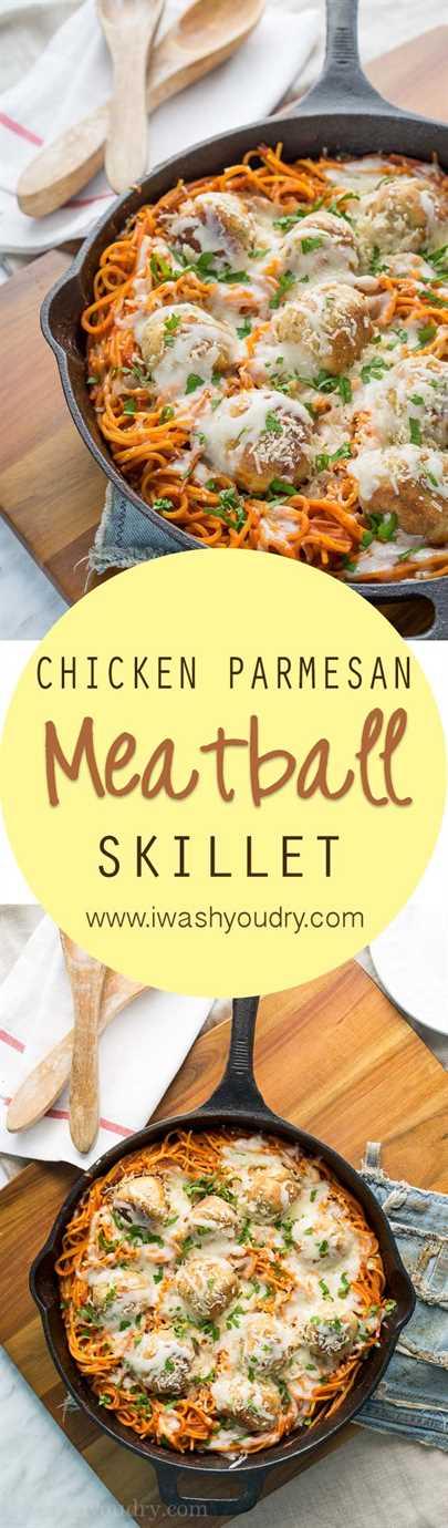 ¡Un giro tan divertido en el clásico! ¡Esta sartén de albóndigas de pollo y parmesano solo usa una sartén para todo el plato! ¡Incluso la pasta está cocinada allí!