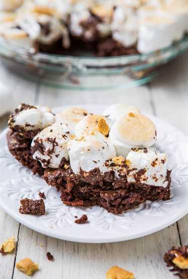 Smores Brownie Pie - ¿Sin fogata? ¡No hay problema! Brownies fudgy cubiertos con malvaviscos tostados y migas de galletas graham. ¡Los mejores smores!