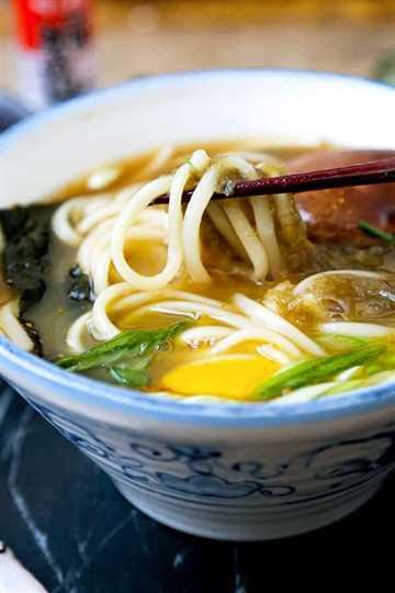 Receta de sopa de fideos Light Udon - ¡Esta receta de sopa de fideos Light Udon es la comida reconfortante para comer este invierno! Disfrute de un tazón de fideos masticables udon en un caldo ligero y sabroso en solo 15 minutos de principio a fin. Receta, japonesa, fideos, udon, sopa, saludable   pickledplum.com