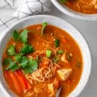 Tazón de sopa de fideos al curry rojo hecho con tofu