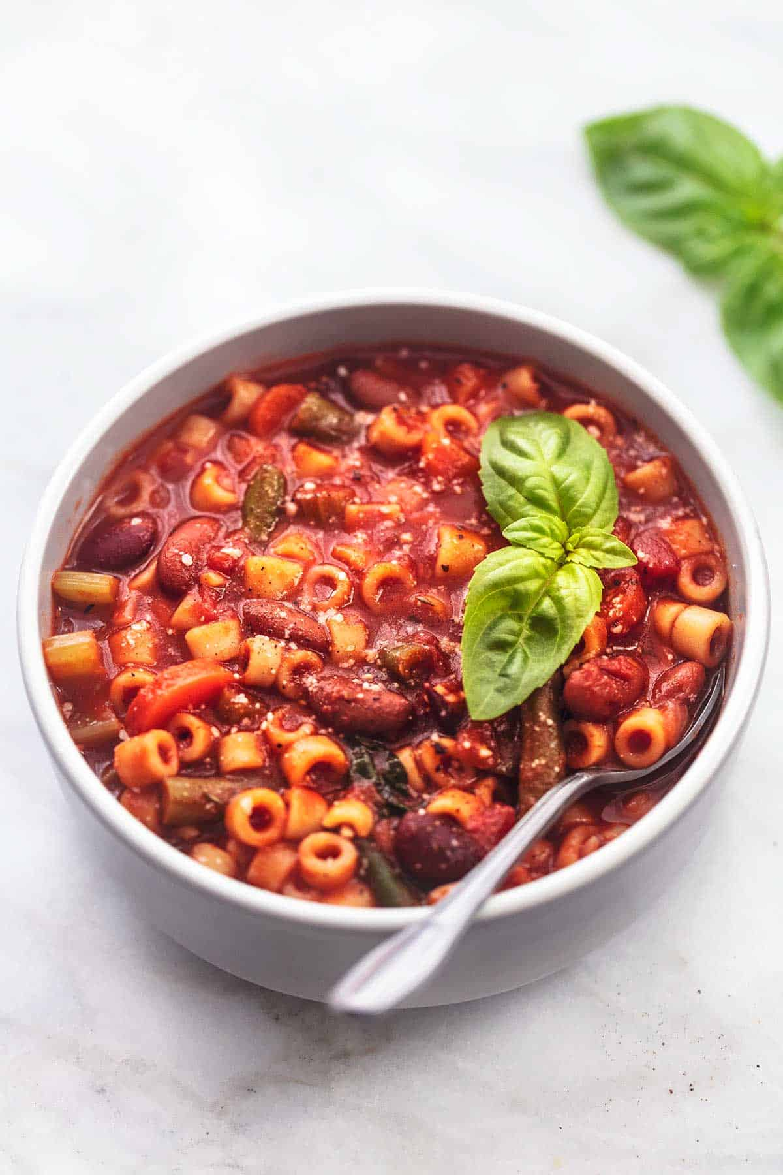 sopa italiana minestrone con cuchara en un tazón