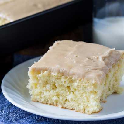 Torta de hoja de suero de leche con glaseado de caramelo