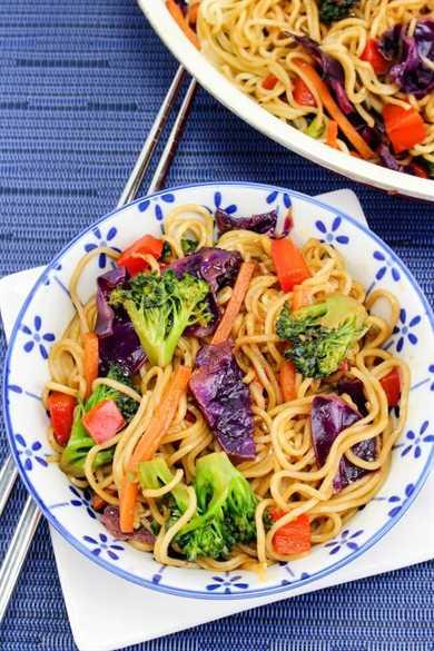 Sáltate la comida para llevar !! ¡Esta receta de Vegetable Lo Mein es más rápida y saludable! Listo en 15 minutos o menos, este plato vegetariano está lleno de sabor y colores vibrantes. ¡Agregue su proteína favorita para que sea una comida aún más abundante!