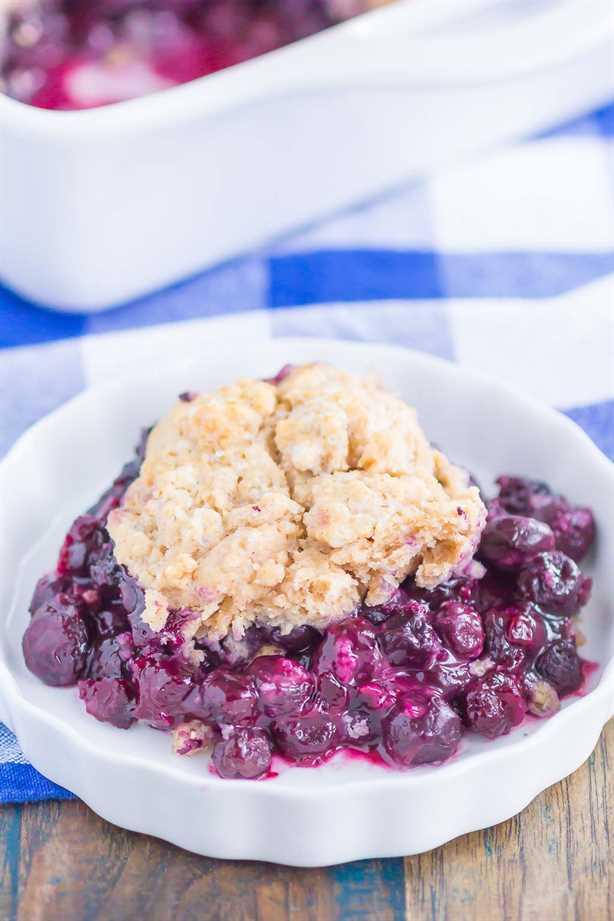 Easy Blueberry Cobbler es un postre simple que está listo en poco tiempo. Los arándanos picantes se mezclan con especias acogedoras y luego se espolvorean con una cubierta de pastel de azúcar con canela y mantequilla. ¡Fácil de hacer y cargado de sabor, este acogedor zapatero es perfecto para disfrutar todo el año! #cobbler #blueberrycobbler #blueberrydessert