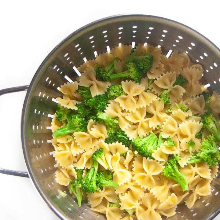 Colador con pasta colada y brócoli