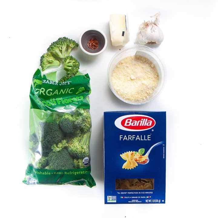 Ingredientes de despensa fáciles para una cena familiar fácil de pasta de ajo y brócoli.