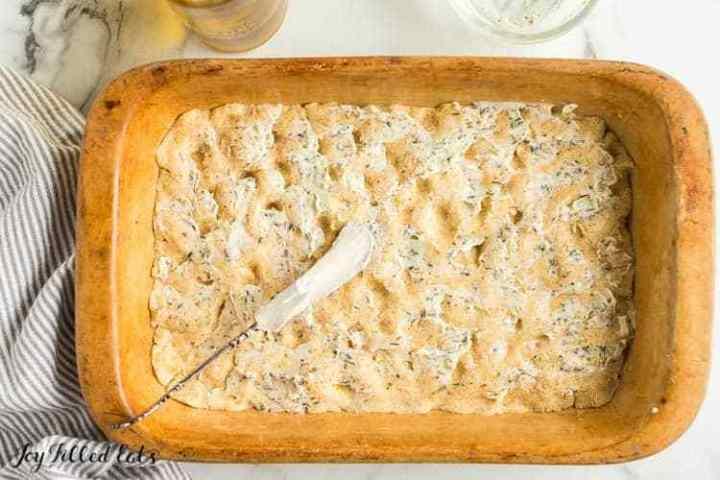 mantequilla de hierbas encima de masa de pan keto ajo