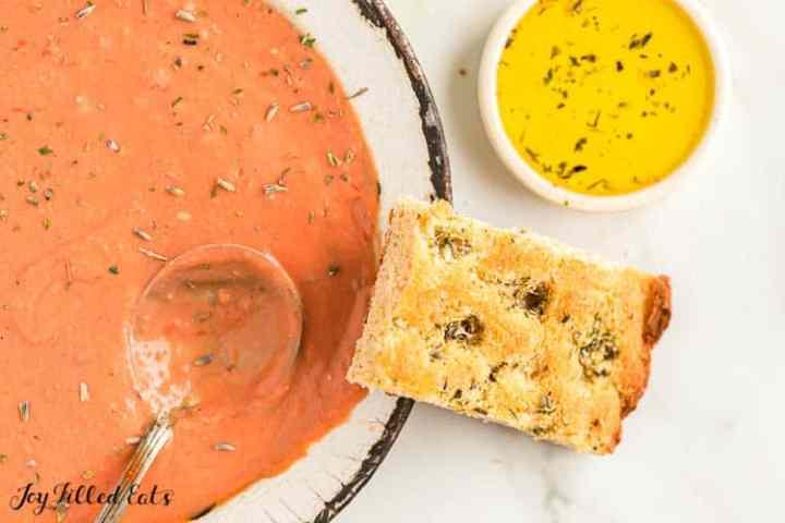 pan de ajo ceto junto a un plato de sopa