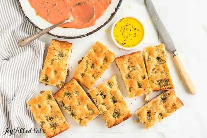 pedazos de pan de ajo ceto junto a la sopa
