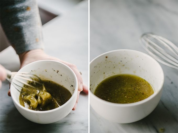 Izquierda: una mujer mezclando vinagreta en un tazón blanco pequeño. Derecha: un pequeño tazón blanco de vinagreta para rellenar la copa de aperitivo.