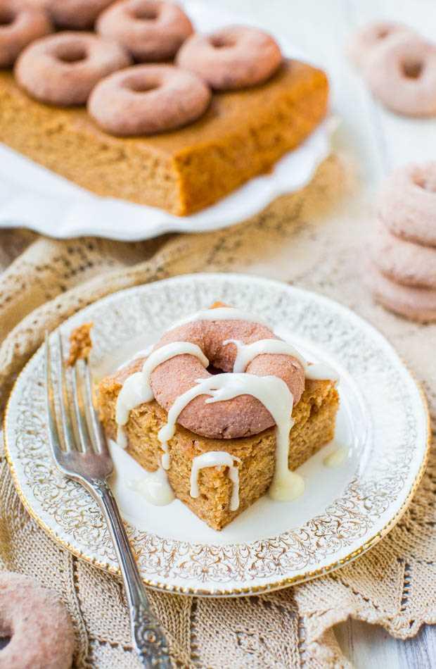 Mini pastel de snickerdoodle con canela y azúcar - ¿No puedes decidir entre donas o pastel de café para el desayuno? ¡Puedes tenerlos a ambos en este pastel suave, fácil, de un tazón y sin mezclador que es el favorito de la multitud! en averiecooks.com