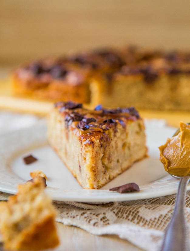 Torta de Manteiga de Amendoim com Pedaços de Chocolate com Banana: Um bolo simples, sem mistura, mergulhado em manteiga de amendoim e carregado com chocolate! Receita em averiecooks.com