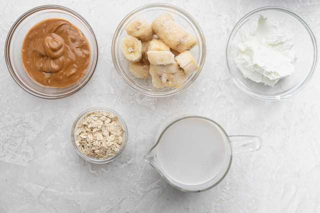 Ingredientes para hacer la receta: leche, plátanos, mantequilla de maní, yogur griego y avena