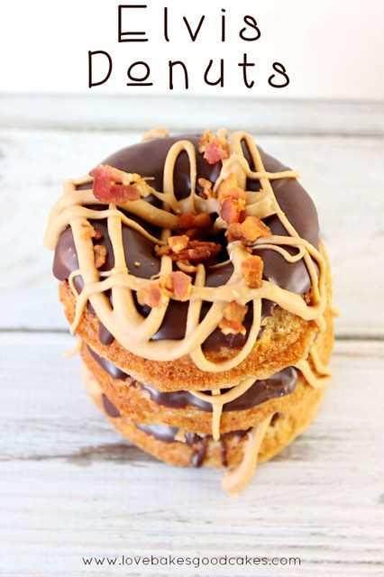 Elvis Donuts: donas de plátano con glaseado de chocolate, llovizna de mantequilla de maní y tocino desmenuzado