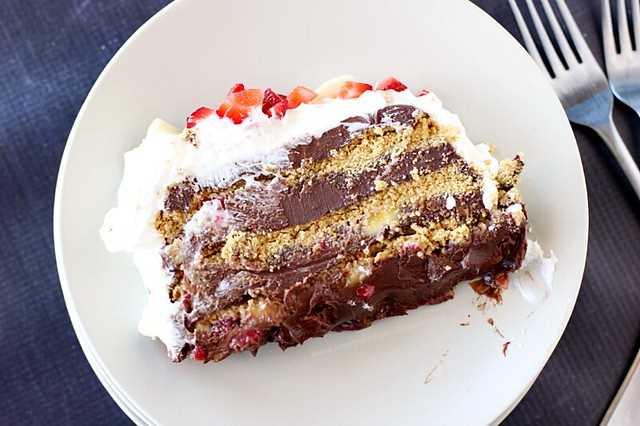 Pastel de helado de fresa y plátano con chocolate: un postre decadente lleno de galletas Dove Dark Chocolate, plátano, fresa y graham. #DoveTastemaker #nobake #SummerDessert