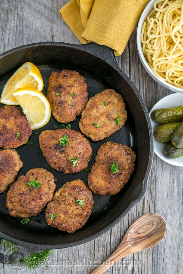 Estas croquetas de pollo y ternera son suaves, jugosas y súper sabrosas. ¡Una famosa receta rusa de kotleti! @natashaskitchen