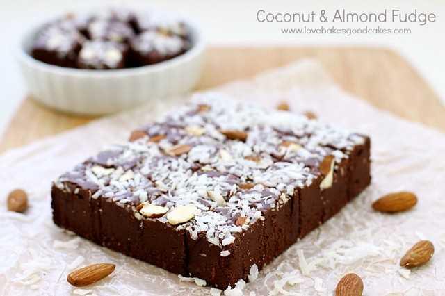 Este doce de coco e amêndoa é uma receita rápida, fácil e deliciosa de fudge perfeita para presentear ou um tratamento especial a qualquer momento! Quase à prova de falhas!
