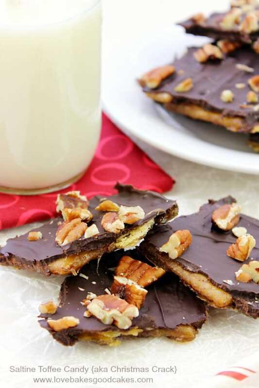 """Este doce de caramelo salgado, também conhecido como """"Christmas Crack"""", está em alta demanda nos feriados. Fiel ao seu nome, é delicioso e viciante! Família e amigos vão implorar para você fazer isso! #TimetoBelieve #CleverGirls #ad"""