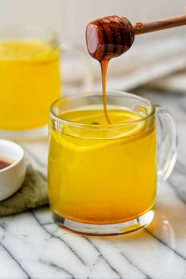Se agrega miel al té de cúrcuma de jengibre