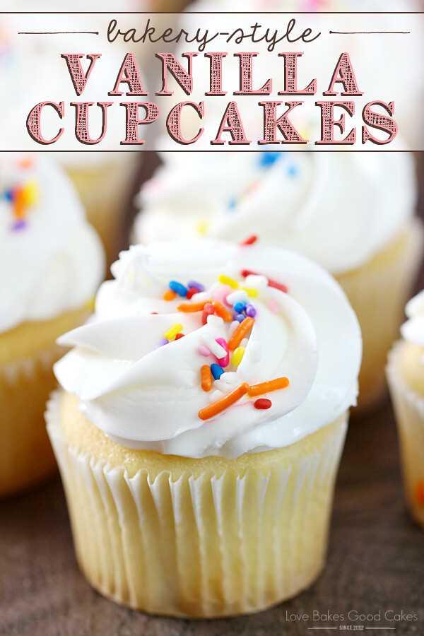 Todos devem ter uma receita fácil e deliciosa para cupcakes de baunilha ao estilo de padaria! Essas delícias são perfeitas para aniversários, feriados ou qualquer dia! AD #HowdTheyDunkThat #IC