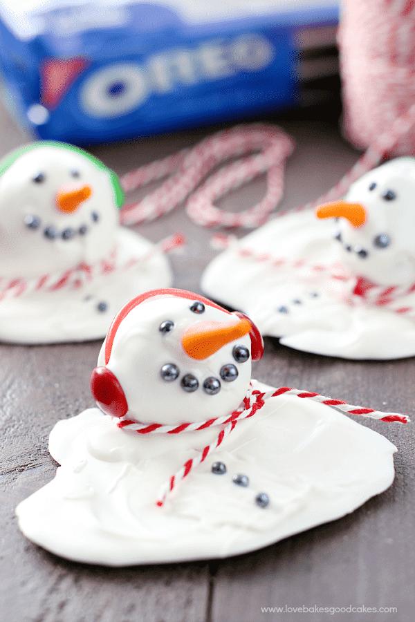 ¡Haz estas bolas de galleta OREO de Melting Snowman para un regalo que todos adorarán! ¡Son perfectos para la temporada de invierno y son muy fáciles de hacer! #SpreadOREOCheer #ad