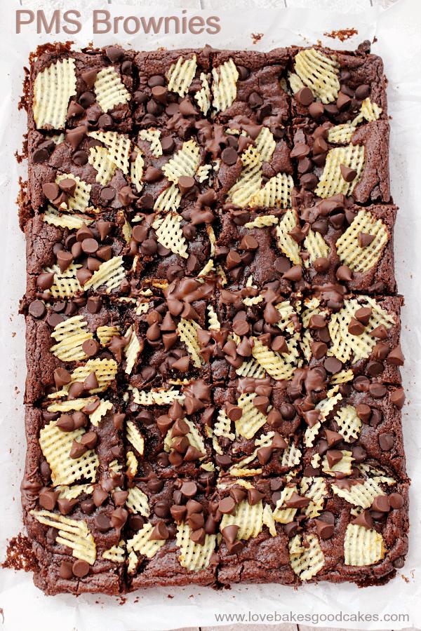 Esses brownies da TPM têm um pouco de chocolate e um pouco de sal crocante. Eles são o presente perfeito para passar aquela época do mês ... ou a qualquer momento que você quiser uma combinação de salgados e doces!
