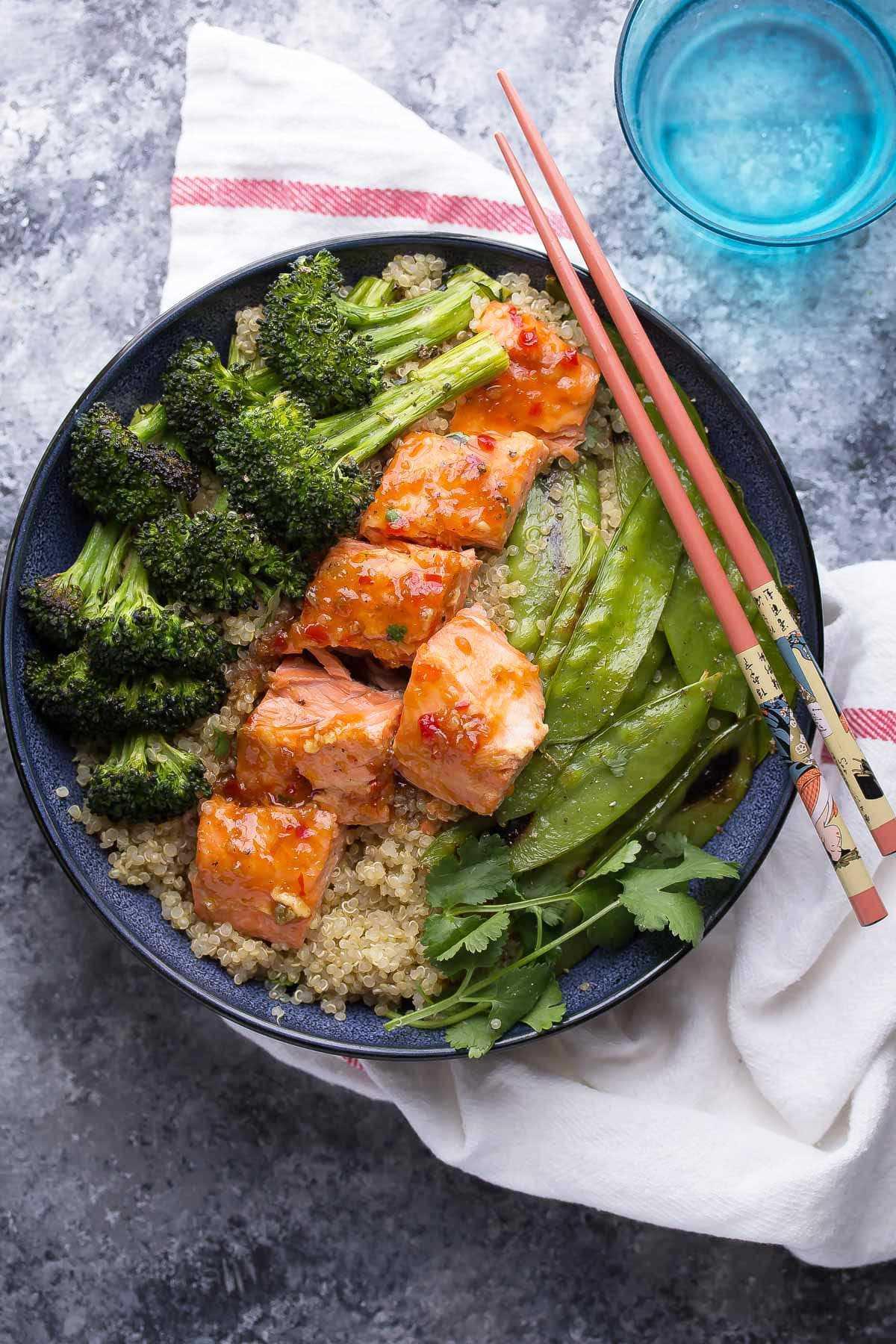 Tigela de quinoa e salmão com receita de pimentão doce e brócolis (vídeo)