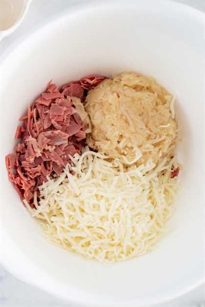 carne en conserva, chucrut y queso suizo en un tazón