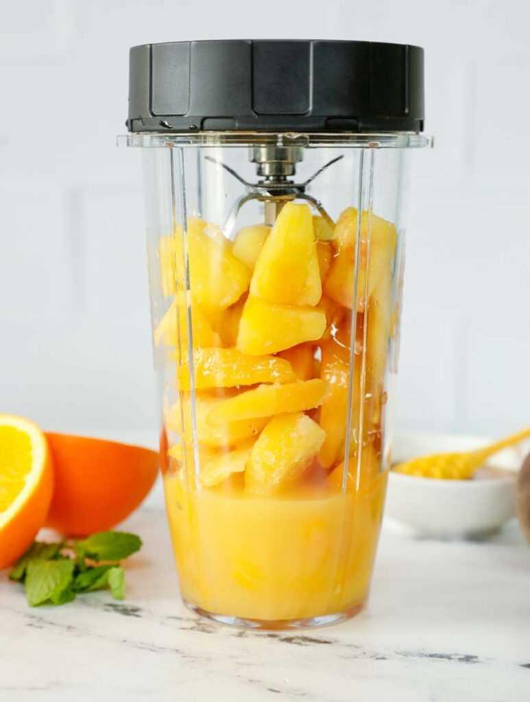 Ingredientes del granizado de Peach N 'Orange dentro de una licuadora.