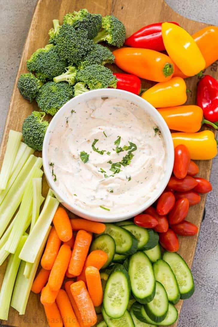 Veggie Dip, coloque en una fuente con verduras frescas.