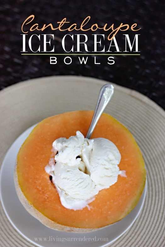 Tazones de helado de melón con una cuchara.