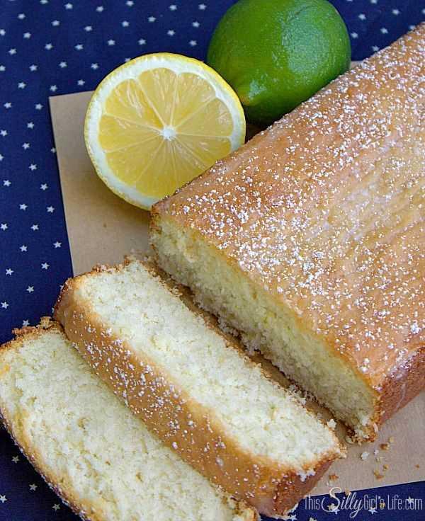 Snack Cake de limón y lima en rodajas con un limón y una lima.