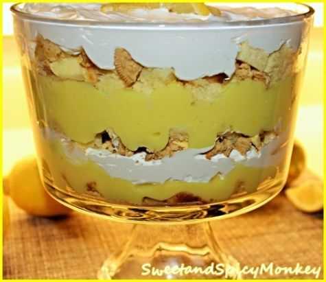 Bagatela de limón en un bol de vidrio.