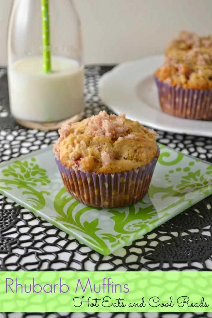 Muffins de ruibarbo en platos con un vaso de leche.
