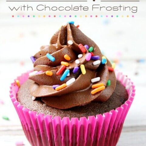 Cupcakes de chocolate con glaseado de chocolate con chispitas.