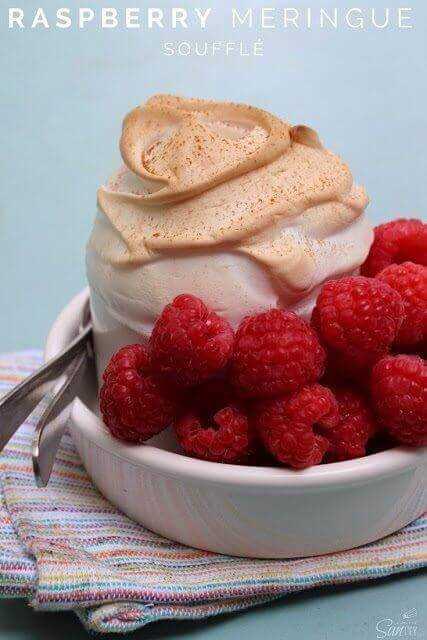 Soufflé de merengue de frambuesa en un bol blanco.