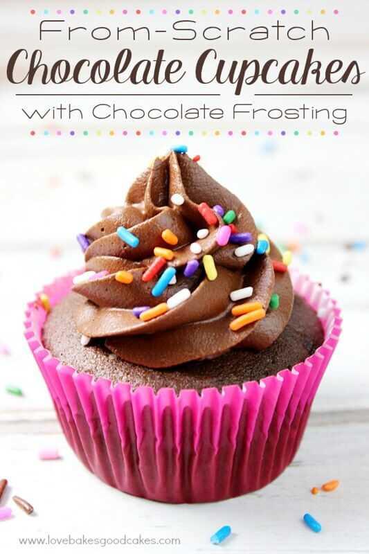 Cupcake de chocolate desde cero con glaseado de chocolate de cerca con un envoltorio de color rosa intenso.