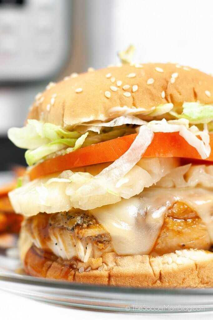 Cerca de una jugosa hamburguesa de pollo teriyaki con queso