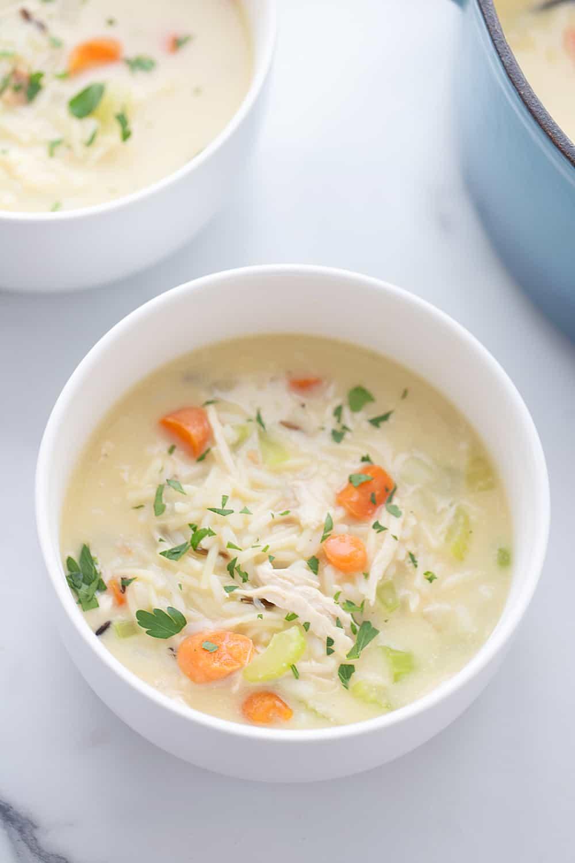 Sopa cremosa fácil de fideos con pollo y arroz: ¿Necesita una comida reconfortante entre semana que también sea rápida y fácil?  ¡Prueba esta cremosa sopa de pollo con fideos y arroz!  #sopa #sopa de pollo #sopa de pollo