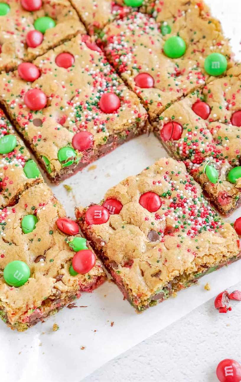 Barras de galletas navideñas M&M cortadas en cuadrados.